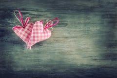 Rosa vermelha Corações feitos a mão de pano vermelho no fundo de madeira fotos de stock royalty free