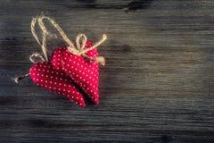 Rosa vermelha Corações feitos a mão de pano vermelho no fundo de madeira imagem de stock royalty free