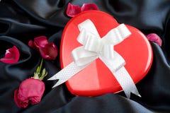 Rosa vermelha e caixa de presente Heart-shaped com fita imagens de stock royalty free