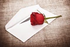 Rosa vermelha e letra fotografia de stock royalty free