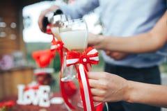 Rosa vermelha Jantar romântico champanhe na tabela e no de Fotos de Stock