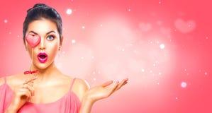Rosa vermelha A menina modelo nova da beleza com coração do Valentim deu forma à cookie Foto de Stock