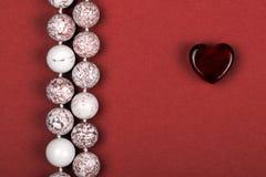 Rosa vermelha Presente bonito do coração ao coração imagens de stock