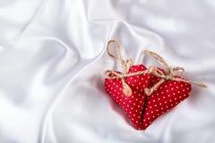 Rosa vermelha Valentine Heart feito à mão Dia do casamento Corações vermelhos dos Valentim no cetim branco Texto: Eu te amo Fotografia de Stock