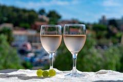 Rosa vin av Provence, Frankrike som in tjänas som förkylning på utomhus- terrass royaltyfri fotografi