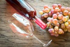 Rosa vin med gruppen av druvan arkivfoton