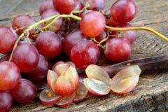 Rosa vin och druvor Arkivbild