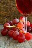 Rosa vin och druvor royaltyfri bild
