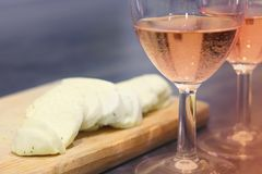 Rosa vin och ost Royaltyfria Bilder