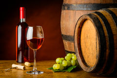Rosa vinexponeringsglas och flaska Royaltyfria Foton