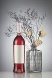 Rosa vinflaska med etikettmodellen Arkivbilder
