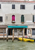 Rosa Vorhang und gelbes Boot Stockfotografie