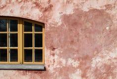 Rosa Wand des Gipses und des hölzernen Fensters stockfotos