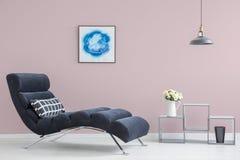 Rosa Wand im modernen Innenraum lizenzfreies stockbild