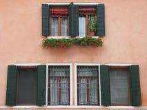 Rosa Wand mit Fenstern in Venedig Stockfotografie