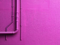 Rosa Wand mit Rohren Stockfotografie