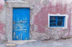 rosa Wand und blaue alte Tür Lizenzfreies Stockbild