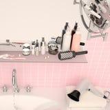 Rosa Wand und ein Regal im Badezimmer mit Hygienezubehör Lizenzfreies Stockfoto