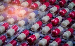 Rosa-weiße und blau-weiße Antibiotika kapseln Pillen in der Blisterpackung ein Antibiotische Medikamentenresistenz viele Flaschen Lizenzfreie Stockbilder