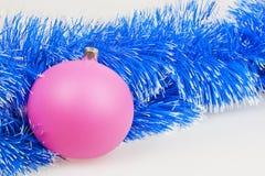 Rosa Weihnachtsball mit blauer Girlande Lizenzfreies Stockbild