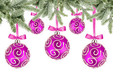 Rosa Weihnachtsbälle mit Bögen und Weihnachtsbaumasten Lizenzfreies Stockbild