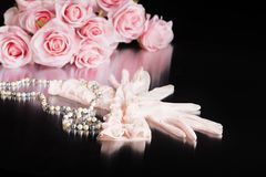 Rosa Weinlese-Damen-Handschuhe und Perlen Lizenzfreie Stockfotografie