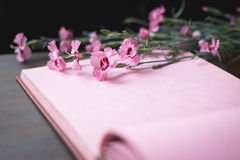 Rosa Weinlesefotoalbumseite mit Blumen Stockfoto