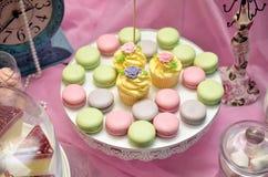 Rosa Weinlesehintergrund der Makronen und der kleinen Kuchen Lizenzfreies Stockbild