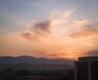 Rosa Wolken über Berg lizenzfreie stockfotografie