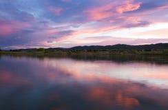 Rosa Wolken über einem Colorado See bei Sonnenuntergang lizenzfreie stockfotos