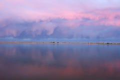 Rosa Wolken, die in einem See sich reflektieren lizenzfreies stockfoto