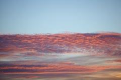 Rosa Wolken im Himmel bei Sonnenuntergang Lizenzfreies Stockfoto