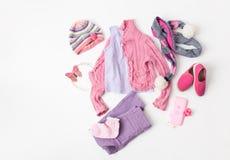 Rosa Wolljacke, Jeans und Ballettebenen für ein Mädchen auf Weiß Lizenzfreies Stockbild