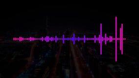 Rosa y electro sonido púrpura de la música de la casa con las ondas del equalizador en una ciudad oscura libre illustration