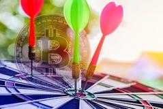 Rosa y flecha verde de los dardos en la diana de centro de la blanco en bitcoins de oro libre illustration