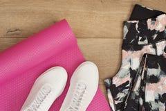 Rosa Yogamatte, weibliche Turnschuhe, Sport-Schuhe, Gamaschen in der Ebene legen Art, Draufsicht Mode-modische Trainer, Hippie-Sa Stockfoto