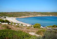 Rosaaktig sonSaura strand i Menorca Arkivfoto