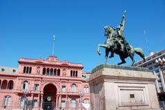 在住处Rosada (桃红色房子)前面的贝尔格拉诺将军纪念碑 免版税图库摄影