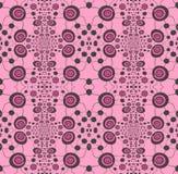 Rosado de los ornamentos espirales regulares y negro brillantes en rosa verticalmente Imagenes de archivo