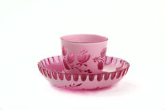 Rosado decorativo y el blanco colorearon la taza clara y el platillo ornamentales cristalinos aislados en el fondo blanco Fotos de archivo