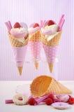 Rosado el caramelo helado en conos Foto de archivo