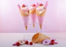 Rosado el caramelo helado en conos Imagen de archivo