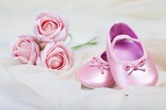 Rosafarbene Babyschuhe Stockfotos