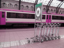 Rosafarbene Bahnstation Stockbild