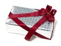 Rosafarbene Beschaffenheit der silbernen Geschenkbox mit dem roten Band, lokalisiert Stockfotografie