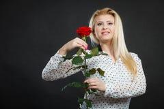 Rosafarbene Blume der Frauenholding auf Schwarzem Lizenzfreie Stockfotografie