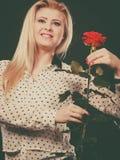 Rosafarbene Blume der Frauenholding auf Schwarzem Stockfotos
