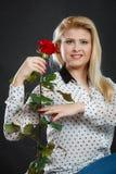 Rosafarbene Blume der Frauenholding auf Schwarzem Lizenzfreies Stockfoto