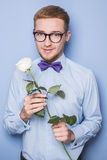 Rosafarbene Blume der stattlichen romantischen Holding des jungen Mannes Datum, Geburtstag, Valentinsgruß Lizenzfreie Stockbilder