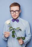 Rosafarbene Blume der stattlichen romantischen Holding des jungen Mannes Datum, Geburtstag, Valentinsgruß Stockbilder